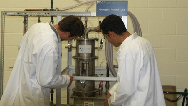 Students working in the Clean Energy Research Laboratory